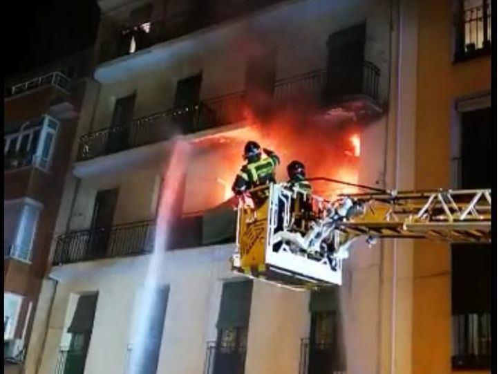 Un incendio en Arganzuela deja 11 intoxicados por inhalación de humo