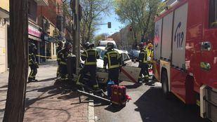 El conductor ha tenido que ser rescatado de su vehículo y ha sido trasladado al Hospital Gregorio Marañón con pronóstico reservado.