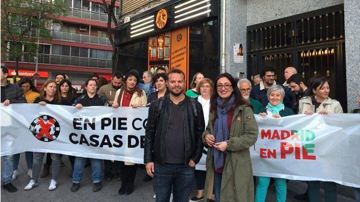 IU y Anticapitalistas 'okupan' una casa de apuestas en Vallecas