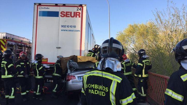 Los bomberos han tenido que excarcelar el cuerpo del conductor.