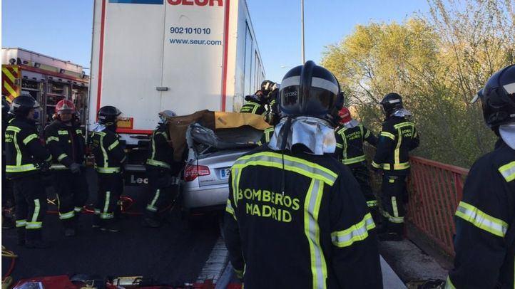 Fallece un hombre tras chocar su coche contra un camión en la M-45