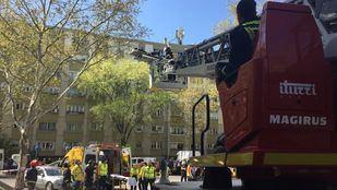 Los bomberos han tenido que bajar a la anciana al encontrarse incapacitada para bajar a pie.