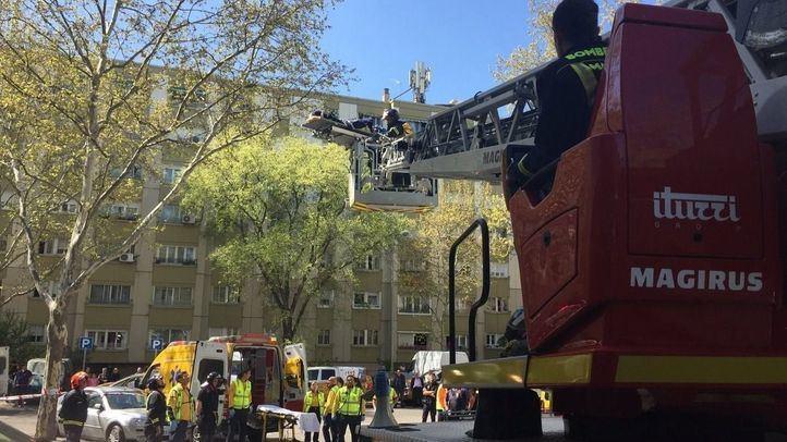 Los Bomberos rescatan a una anciana por la fachada de su piso en llamas