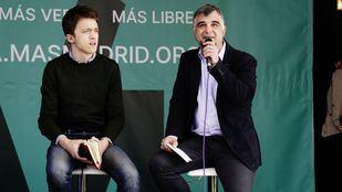 Gabriel Ortega, candidato de Más Madrid Ganar Móstoles a la Alcaldía, junto a Íñigo Errejón.