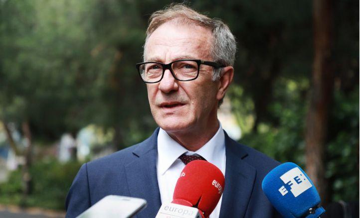 El ministro de Cultura, José Guirao, ha asistido a la capilla ardiente del escritor Rafael Sánchez Ferlosio.