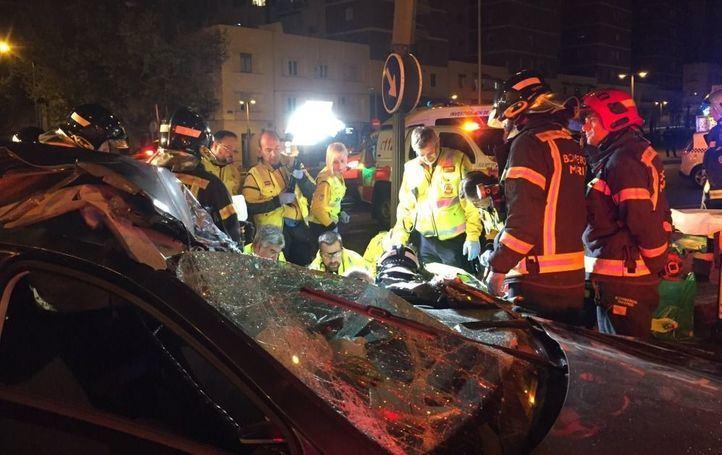 Los servicios de emergencias atienden a la mujer herida en el accidente en la calle Francisco Silvela con Avenida de América.