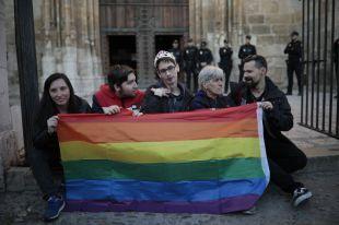 Besos en la catedral de Alcalá contra los cursos del Obispado