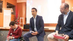 Javier Luengo (en el centro), en la Primera mesa de debate 'Inclusión: percepción social y realidad'. (Archivo)