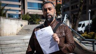 El portavoz de la asociación FACUA, Rubén Sanchez. ha denunciado hoy ante la Fiscalía Provinicial de Madrid los cursos homófobos del Obispado de Alcalá de Henares.
