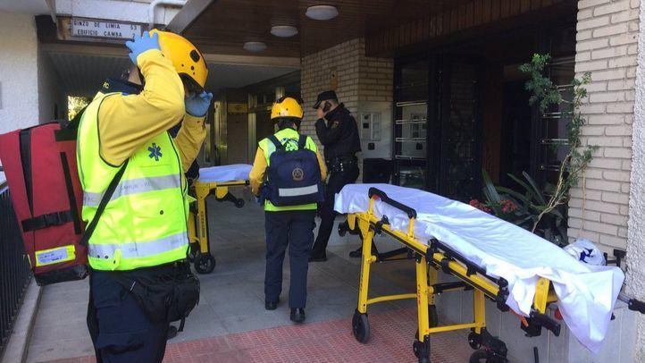 Bomberos y sanitarios acuden a un incendio en un edificio en la Ciudad de los Periodistas.