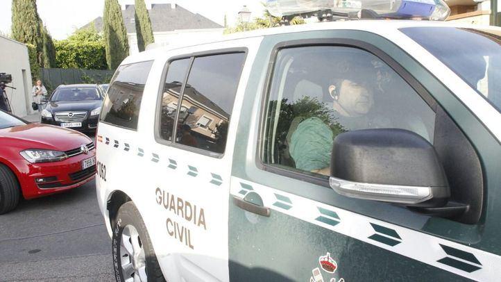 En el asiento delantero del interior del vehículo abandonado los guardias civiles encontraron a una joven maniatada y encerrado en el maletero a un varón con varios golpes en la cabeza.