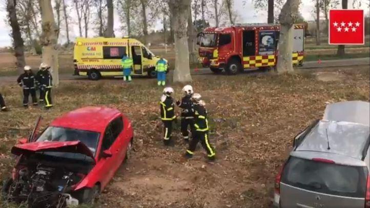 Los dos vehículos accidentados, tras caer tres metros por un terraplén.