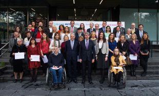El presidente de la Fundación Mutua, Ignacio Garralda, Angel Garrido y Maria Dolores Moreno con los beneficiarios de las Ayudas.