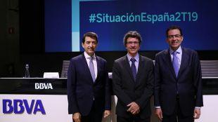 El presidente de BBVA, Carlos Torres vila, junto a Jorge Sicilia, director de BBVA Research, y Miguel Cardoso, economista jefe para España de BBVA Research.