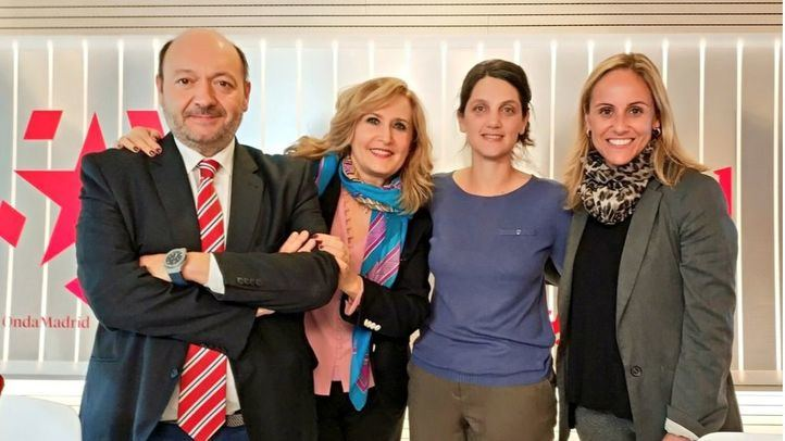 La diputada popular en la Asamblea de Madrid, Ana Camíns, y la diputada socialista, Pilar Sánchez Acera, junto a Constantino Mediavilla y Nieves Herrero en Com.Permiso
