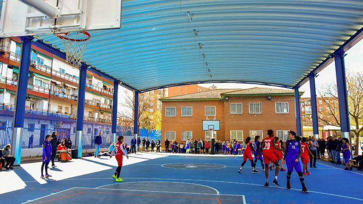 Nuevo tejado de las pistas de baloncesto del Colegio Severo Ochoa de Torrejón.