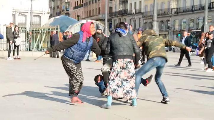 La pelea entre indigentes en Puerta del Sol, momentos antes de la intervención de los agentes.