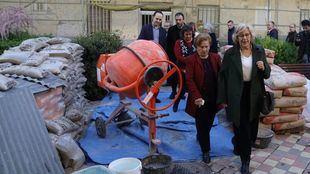 Manuela Carmena, Nacho Murgui y José Manuel Calvo visitan las obras de rehabilitación del barrio del Aeropuerto.