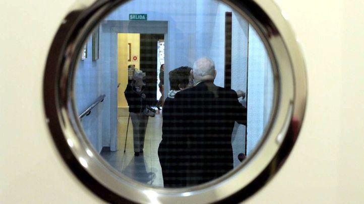 Varios ancianos en el pasillo de una residencia de Madrid (archivo)