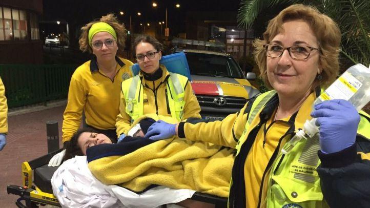 Los servicios de emergencias atienden a la mujer que ha dado a luz