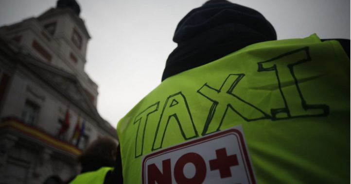 La vestimenta de los taxistas entrará en la ordenanza del sector y la de VTC no llegará antes de mayo