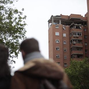 Los vecinos entran en sus casas acompañados por bomberos y policías