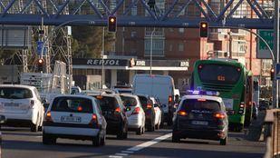 Los nuevos semáforos de la A-5 provocan algunas retenciones los primeros días tras su instalación.