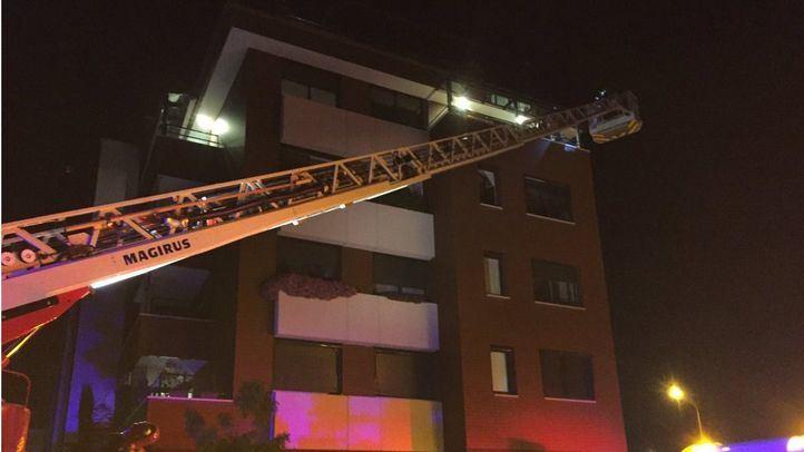 Una familia de cuatro miembros y cuatro policías han tenido que ser rescatados del incendio.