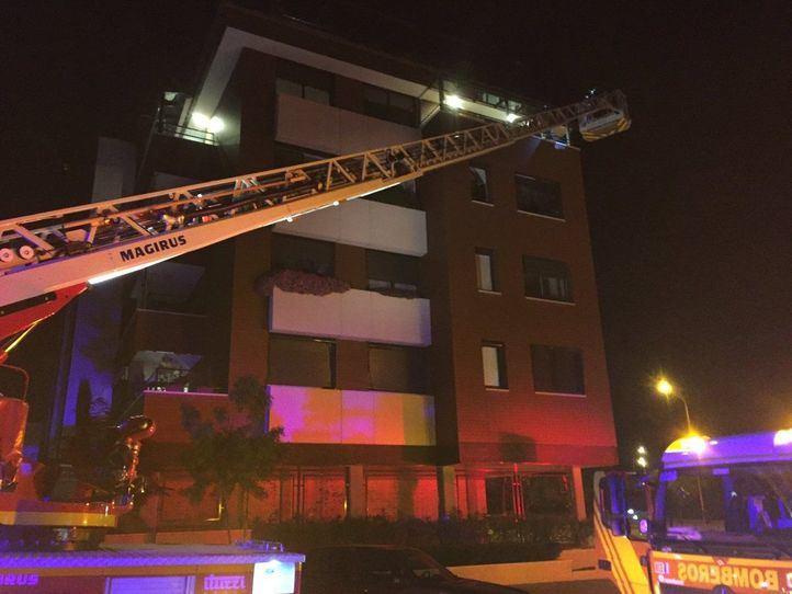 Un incendio obliga a rescatar a una familia y a cuatro policías en Montecarmelo