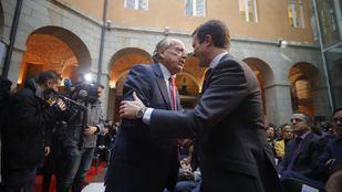 El secretario general del PP, Pablo Casado, saluda al exalcalde de Madrid, José María Álvarez del Manzano durante los actos del Día de la Constitución