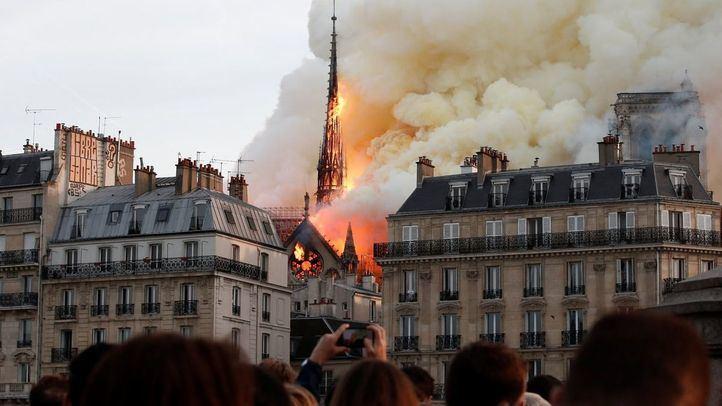 Arde la catedral de Notre Dame en París.