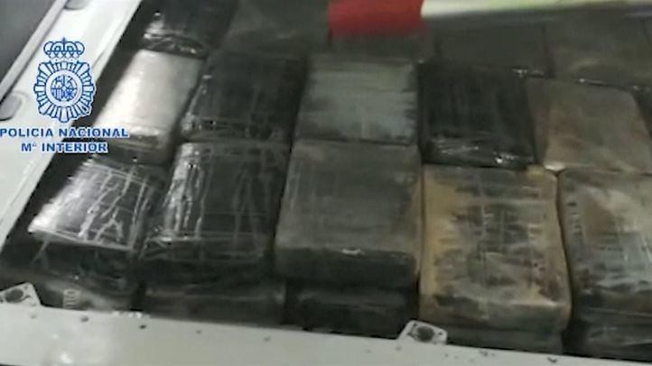 En total, se han aprehendido 135 paquetes de cocaína que contenían unos 150 kilos de cocaína así como unos 2.500 euros destinados a pagar una parte del transporte.