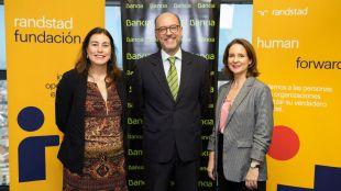 La directora de la Fundación Randstad, María Viver Gómez; el director de Responsabilidad Social Corporativa de Bankia, David Menéndez; y la directora de Randstad Outplacement, Helia Téllez de Meneses.