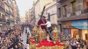 Un costalero arregla la cruz del Cristo del Gran Poder tras el percance sufrido el año pasado.