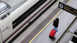 Una viajera busca su vagón del AVE en Atocha.