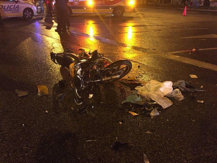 Herido grave al chocar contra un coche patrulla con su motocicleta