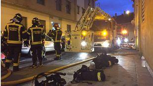 Tres dotaciones de bomberos han acudido a sofocar el incendio.