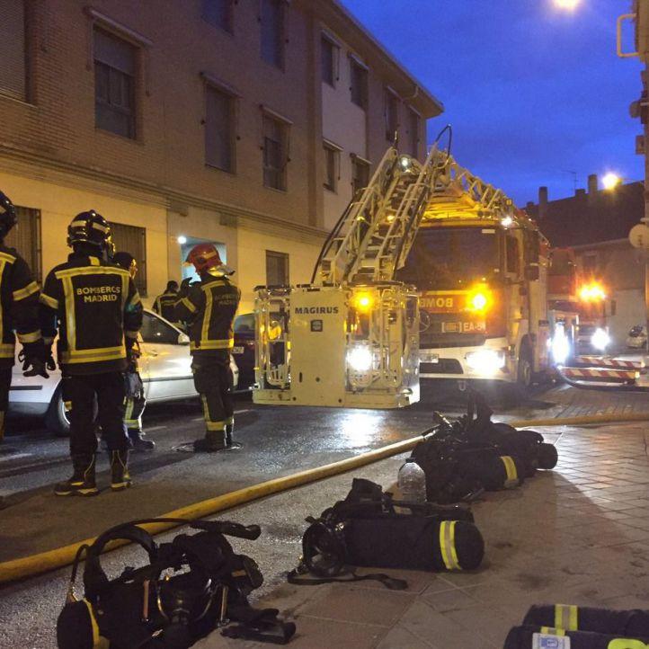 Grave un joven por inhalar humo al incendiarse su piso en Carabanchel