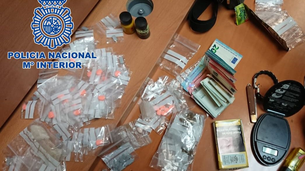 Material incautado por los agentes, donde se pueden observar distintos tipos de drogas y dinero en efectivo.