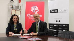La directora de Administración y Finanzas de Cáritas Diocesana de Madrid, María Jesús Bustamante, y el director de Responsabilidad Social Corporativa de Bankia, David Menéndez.