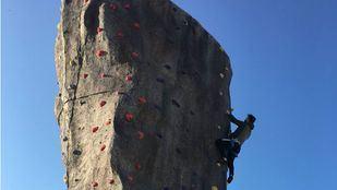 Cae desde una altura de nueve metros cuando escalaba en un rocódromo