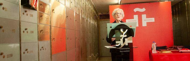 Aida   Vitale  hace un legado en una de las cajas del Instituto Cervantes.