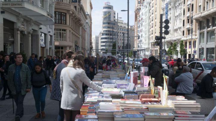 Puestos con libros en la calle Gran Vía.