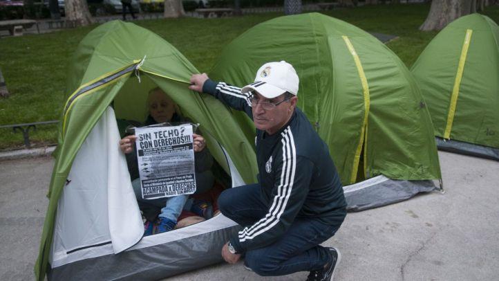 Varias personas  acampadas frente al M. de Sanidad  acampados desde hace unos dias  en protesta..
