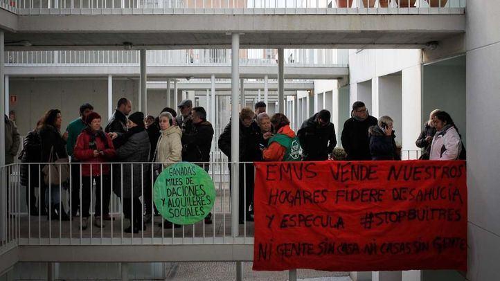 Protestas de los afectados por la venta de vivienda pública a fondos buitre.