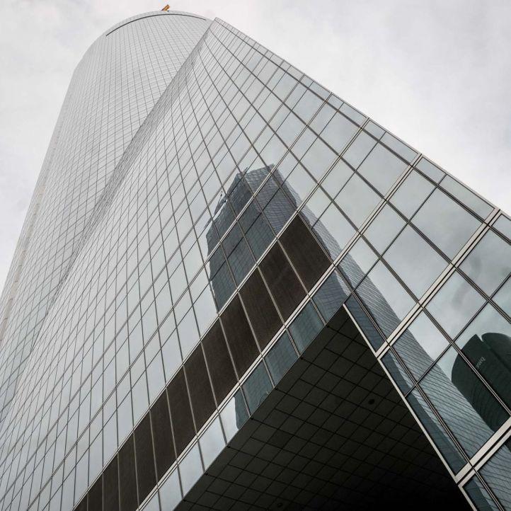 Torres reflejadas en la Torre Espacio.