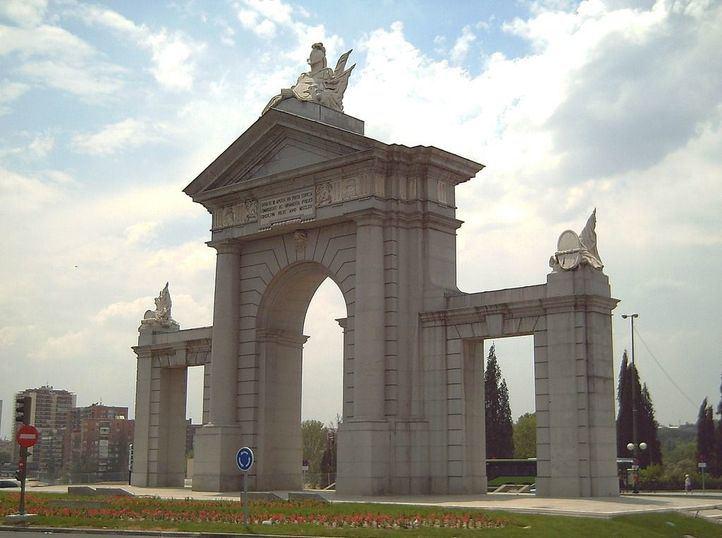 La actual Puerta de San Vicente se inauguró el 25 de abril de 1995.