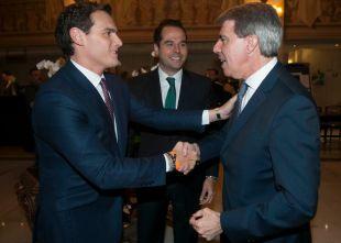 Rivera defiende al expresidente de las críticas por tránsfuga: