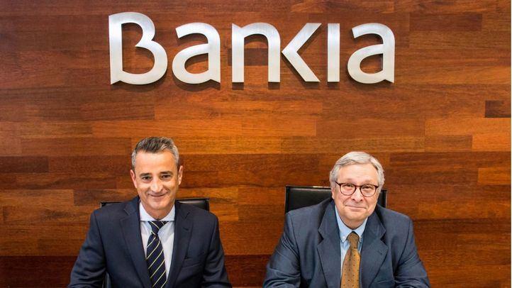 El director corporativo de la Territorial Madrid Norte de Bankia, Juan Luis Vidal, y el director de la Feria del Libro, Manuel Gil.