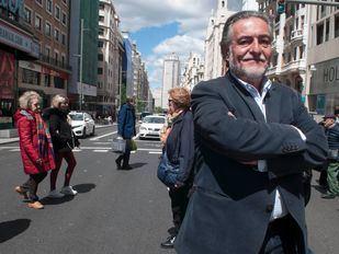 Pepu Hernández, posa en la Gran Vía minutos antes de la entrevista con Madridiario.
